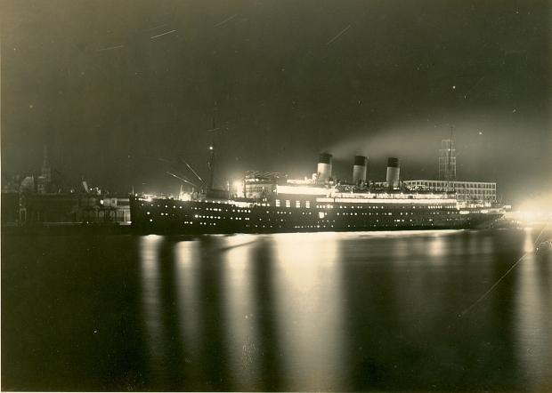 El Cap Polonio en Montevideo de noche, con el edificio de la Armada en construcción detrás.